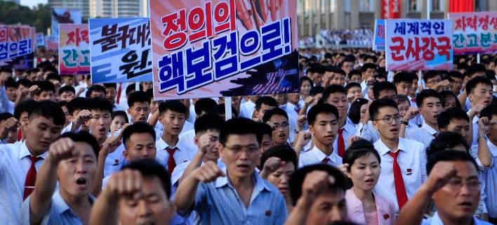 Χιλιάδες Βορειοκορεάτες με υψωμένες γροθιές στο πλευρό του Κιμ Γιονγκ Ουν απειλούν τις ΗΠΑ