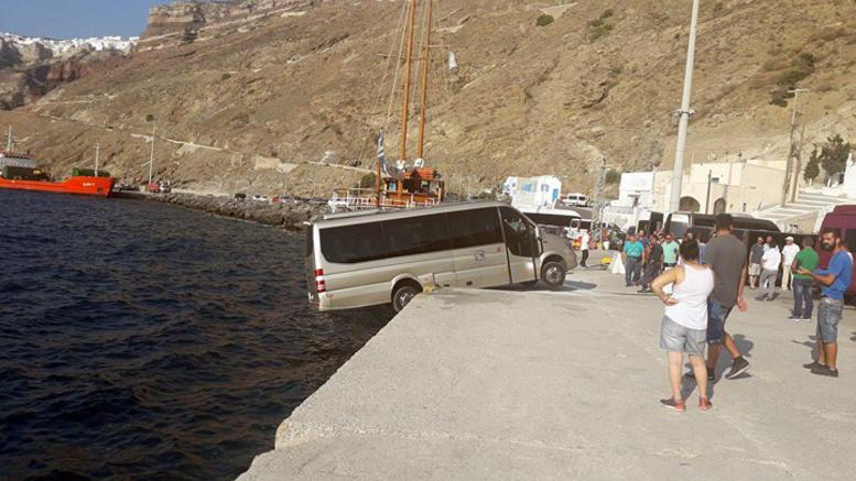 Μικρό λεωφορείο «αιωρείται» στο λιμάνι της Σαντορίνης