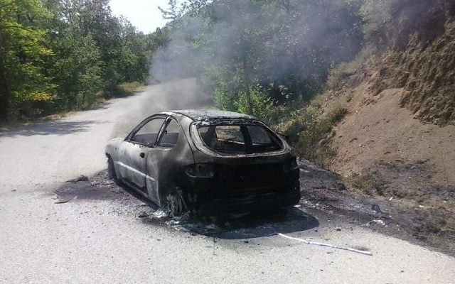 Αυτοκίνητο με δυο επιβαίνοντες πήρε φωτιά εν κινήσει [εικόνες]