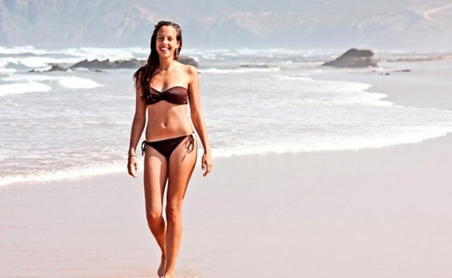 Γιατί κάνει καλό να περπατάμε ξυπόλυτοι στην άμμο