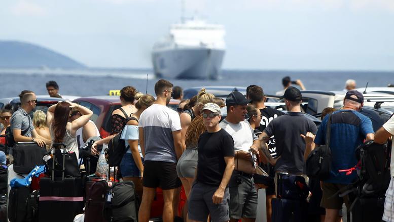 Το πρώτο μεγάλο κύμα εξόδου για τον Δεκαπενταύγουστο. Χιλιάδες ταξιδιώτες σε Πειραιά, Λαύριο, Ραφήνα