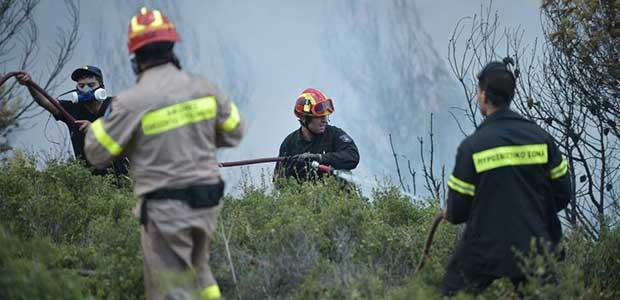 Μάχη με τις φλόγες για τρίτη ημέρα στην Αττική - απειλούνται σπίτια στο Σαλαμίδι