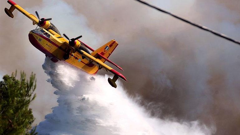 Μόλις 4 από τα 18 Canadair πετούν για να σβήσουν τις φωτιές