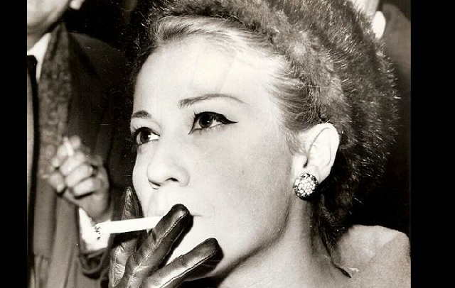 Ζωή Λάσκαρη: Η ατίθαση καλλονή με το… τσιγάρο. Η ανατρεπτική ζωή της σε εικόνες