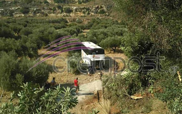 Ενας νεκρός και τρεις τραυματίες σε σύγκρουση λεωφορείου με Ι.Χ.