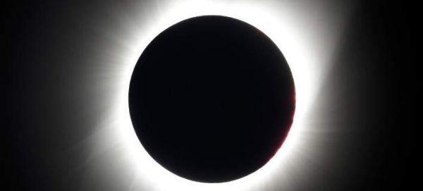 Εντυπωσιακές εικόνες από την ολική έκλειψη ηλίου