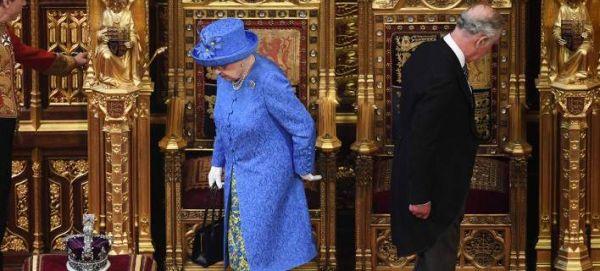 Sunday Times: Κι όμως η Βασίλισσα Ελισάβετ αρνείται να αφήσει τον θρόνο στον Κάρολο