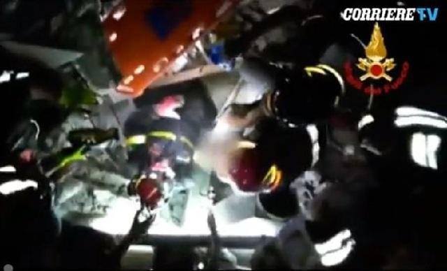Πυροσβέστες βγάζουν σώο μωρό 7 μηνών από τα ερείπια στην Ίσκια [βίντεο]