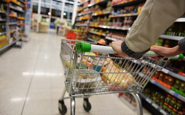 Βασικά είδη διατροφής και καύσιμα κόβουν τα νοικοκυριά για να τα βγάλουν πέρα