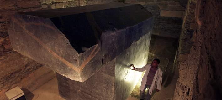 Κατέστρεψαν σαρκοφάγο 800 ετών για να βγάλουν φωτογραφία το παιδί τους!