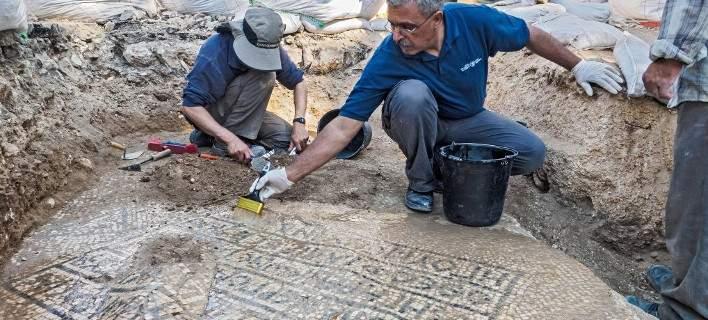 Αποκαλύφθηκε άθικτο μωσαϊκό 1.500 χρόνων με ελληνική επιγραφή στην Ιερουσαλήμ [εικόνες]
