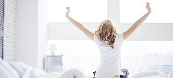 6 πράγματα που πρέπει να σταματήσεις να κάνεις με το που ξυπνάς