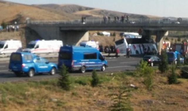 Τουρκία: Λεωφορείο με 53 επιβάτες «καρφώθηκε» σε στύλο γέφυρας. 5 νεκροί