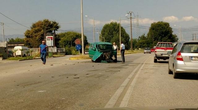 Σφοδρή σύγκρουση οχημάτων στην είσοδο των Τρικάλων