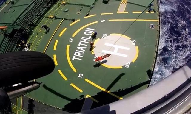 Ελικόπτερο του Πολεμικού Ναυτικού παραλαμβάνει ασθενή από δεξαμενόπλοιο [βίντεο]