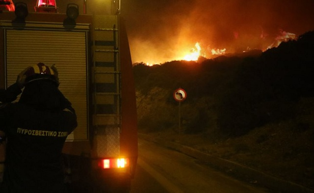 Ανεξέλεγκτη η φωτιά στο Γεράκι Ηλείας. Ακόμα μια δύσκολη νύχτα στη Ζάκυνθο