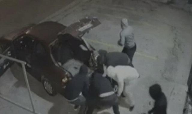 Ληστές γκρέμισαν με αυτοκίνητο την είσοδο καταστήματος και αρπάζουν το χρηματοκιβώτιο [βίντεο]
