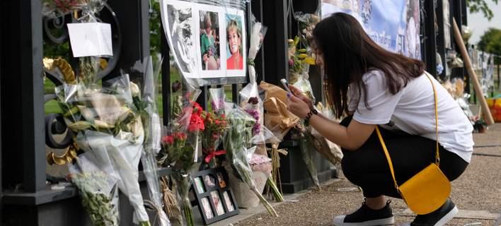20 χρόνια μετά το θάνατο της Νταϊάνα, οι Βρετανοί αφήνουν λουλούδια στο παλάτι [εικόνες]