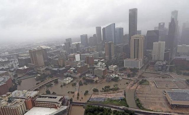 Συνεχίζει να σαρώνει ο τυφώνας Χάρβεϊ. Πληροφορίες για τουλάχιστον 20 νεκρούς