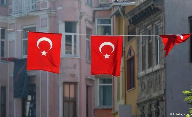 Αναστάτωση έξω από στρατόπεδο καταδρομέων στη Ρεντίνα: Φωτογραφήθηκαν με την τουρκική σημαία