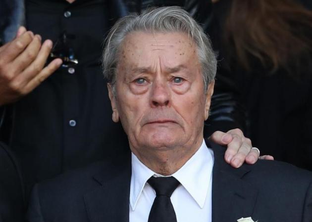 Συντετριμμένος στην κηδεία της πρώην αγαπημένης του ο Alain Delon [photos]