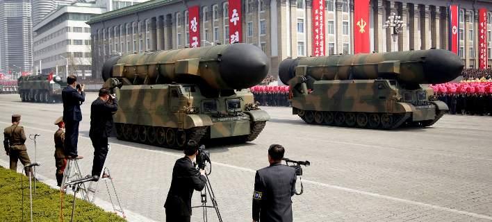 Η Βόρεια Κορέα μεταφέρει διηπειρωτικό πύραυλο στις ακτές