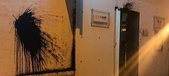 Επίθεση με μπογιές στο Γαλλικό Ινστιτούτο λίγο πριν έρθει ο Μακρόν