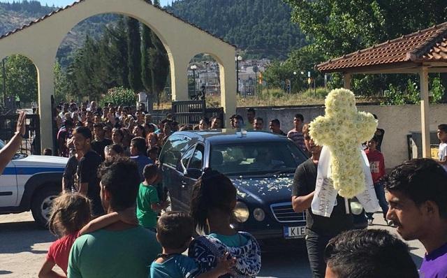 Θρήνος στην κηδεία του τρίχρονου Νίκου στα Φάρσαλα