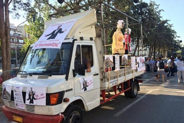 Θεσσαλονίκη: Φαντασία και οργή στο καραβάνι της υγείας – Κούκλες, μπαλόνια και συνθήματα