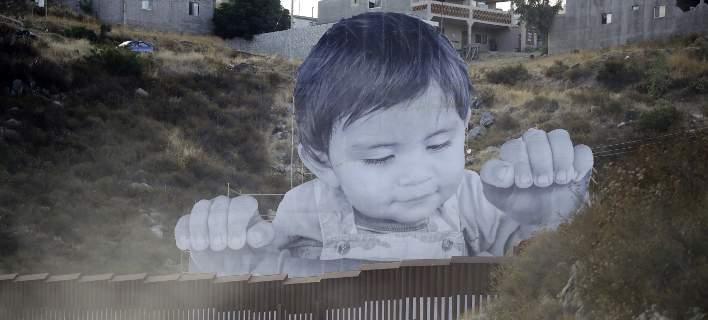 Ενα αγοράκι «παγιδευμένο» στα σύνορα ΗΠΑ-Μεξικού: Κοιτάζει πάνω από το τείχος [εικόνες]