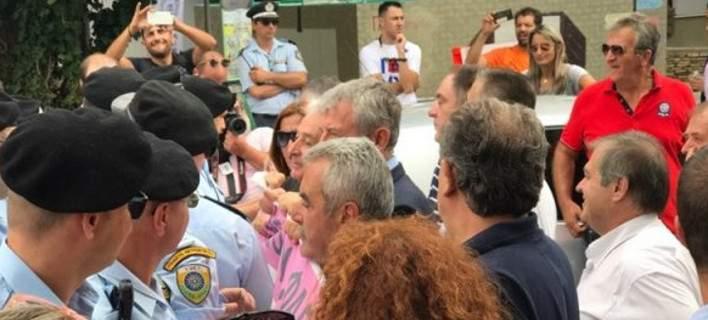 Ενταση στην πορεία της ΠΟΕΔΗΝ. Αστυνομικοί εμπόδισαν μέλη της να δουν τον Τσίπρα [βίντεο]