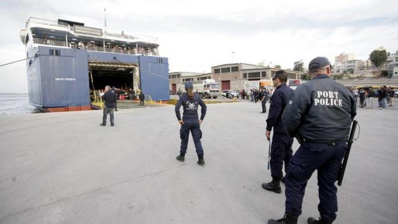 17χρονος έκλεψε 13.000 € στη Λέσβο και τον έπιασαν στον Πειραιά