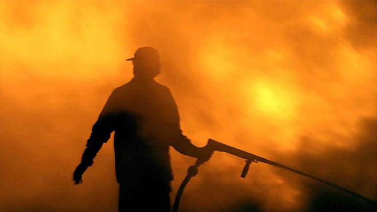 Ολονύκτια μάχη με φωτιά σε μπάλες άχυρο στη Νίκη Λάρισας