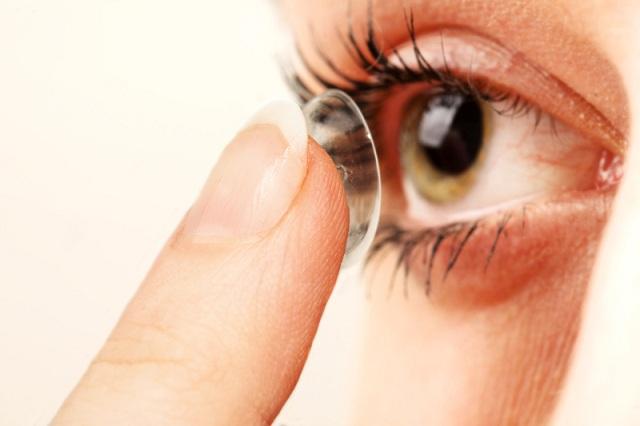 Το 85% των εφήβων κάνει λάθη στη χρήση των φακών επαφής