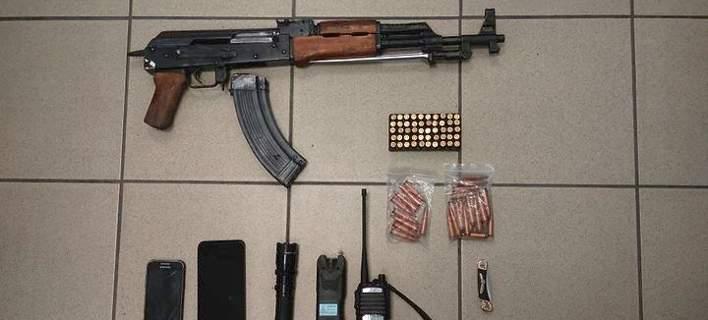Συνελήφθη 30χρονος με σπίτι «οπλοστάσιο», με Καλάσνικοφ και taser