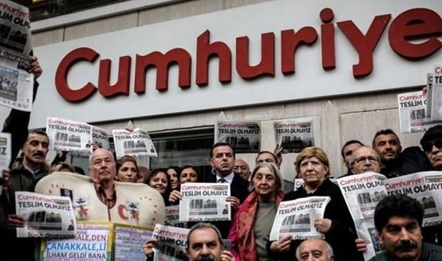 Παρατείνεται η προφυλάκιση δημοσιογράφων της Cumhuriyet