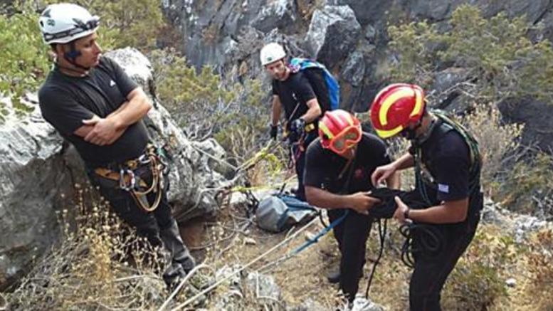 Επεσε σε χαράδρα 50 μέτρων και κρατήθηκε κρεμασμένος σε κλαδί!