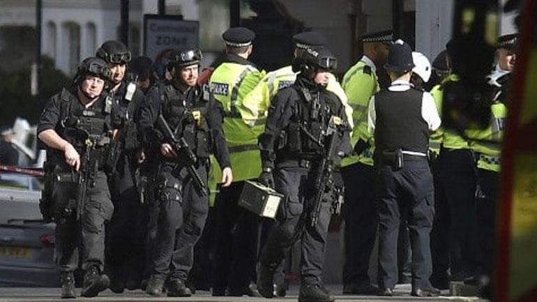 Βρετανία: Συνεχίζονται οι έρευνες για τον εντοπισμό υπόπτων τρομοκρατών