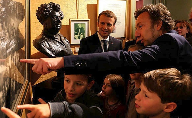 Συνωστισμός για μια σέλφι με τον πρόεδρο της Γαλλίας