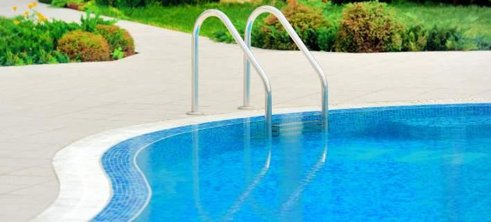 Κολυμπούσε σε πισίνα και βρήκε κάλυκα πυροβόλου όπλου