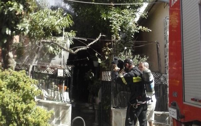 Επιχείρηση για απεγκλωβισμό γυναίκας από σπίτι που πήρε φωτιά