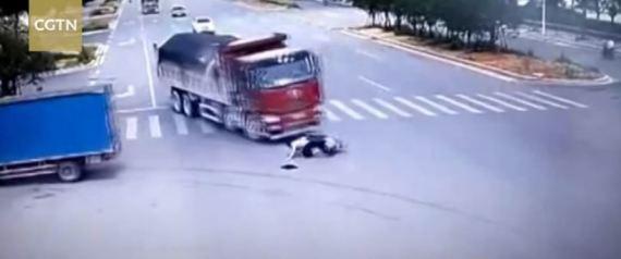 Οδηγός σκούτερ στην Κίνα περνά με κόκκινο, τον χτυπούν 2 φορτηγά & βγαίνει ζωντανός