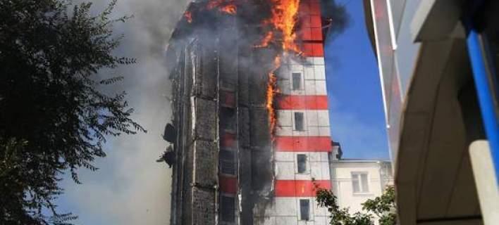 Ρωσία: Πολυώροφο ξενοδοχείο τυλίχθηκε στις φλόγες. Τουλάχιστον δύο νεκροί [εικόνες-βίντεο]