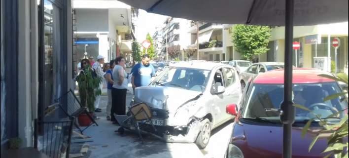 Αυτοκίνητο «εισέβαλε» σε καφενείο στα Τρίκαλα έπειτα από σύγκρουση
