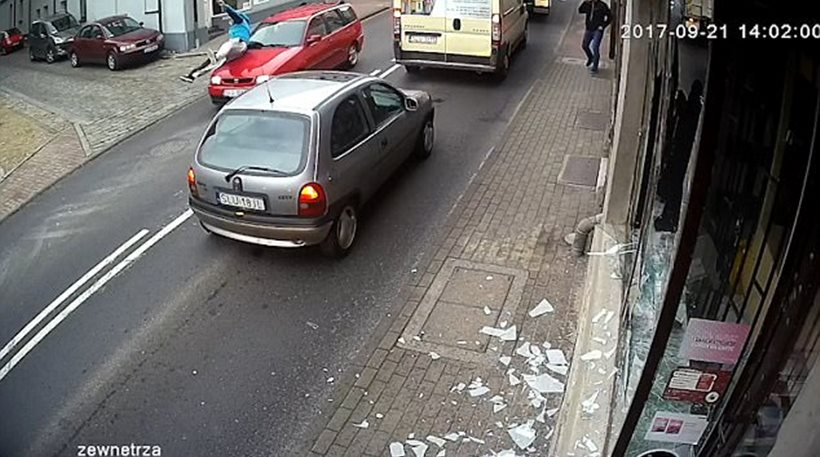 Βάνδαλος έσπασε τζαμαρία καταστήματος και τον παρέσυρε αυτοκίνητο ενώ έφευγε (vid)