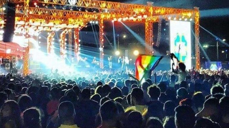 Αίγυπτος: Επτά συλλήψεις διότι ανέμισαν σημαία υπέρ των ΛΟΑΔ κατά τη διάρκεια συναυλίας