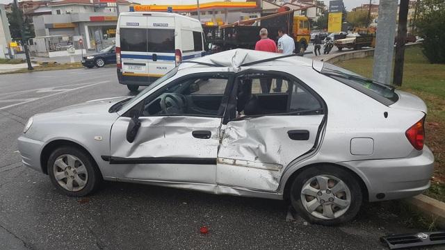 Σύγκρουση φορτηγού με αυτοκίνητο στη Λάρισα [photos]