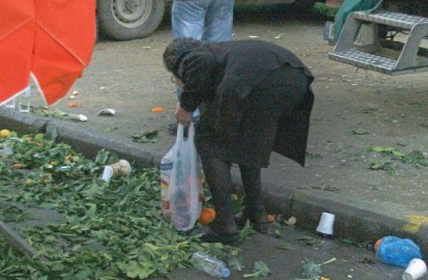 Ψάχνουν τρόφιμα στα σκουπίδια ~ Βολιώτισσες, κυρίως ηλικιωμένες κυρίες