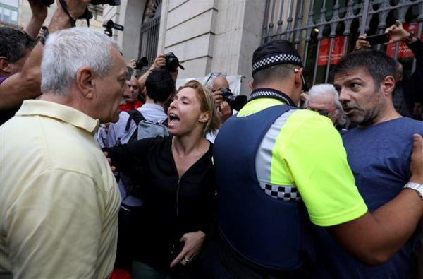 Καταλωνία: Αστυνομική βία έξω από εκλογικά κέντρα