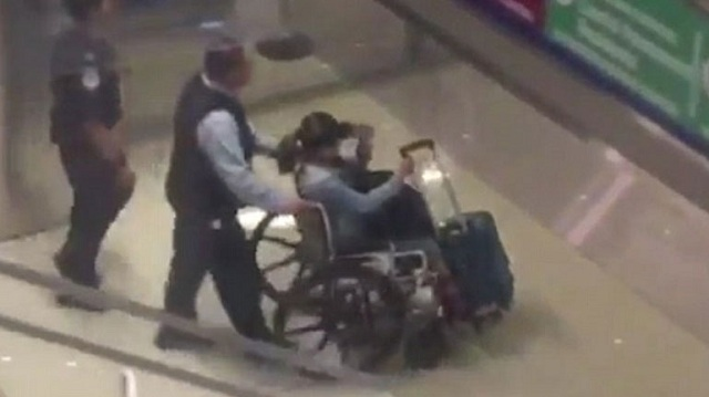 Σε αναπηρικό καροτσάκι έφτασε στις ΗΠΑ η σύντροφος του μακελάρη του Λας Βέγκας